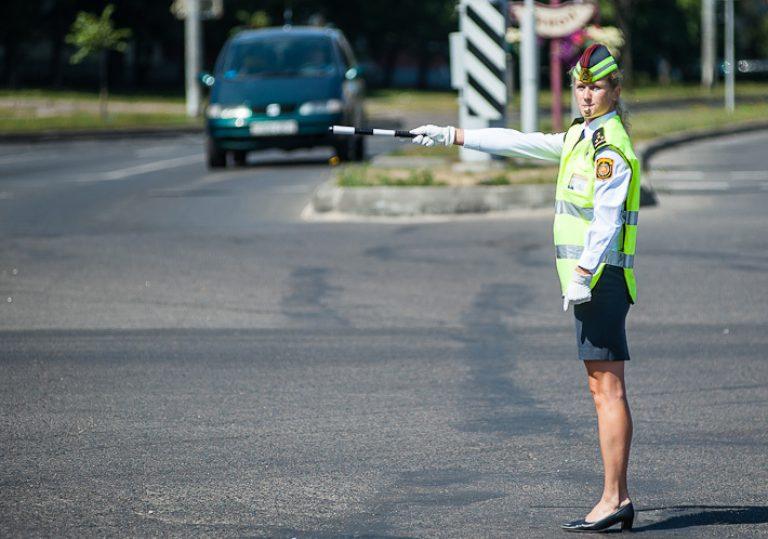Сигналы на дороге, которые стоит знать: свисток регулировщика, его значение и расшифровка действий инспектора, три ключевых жеста