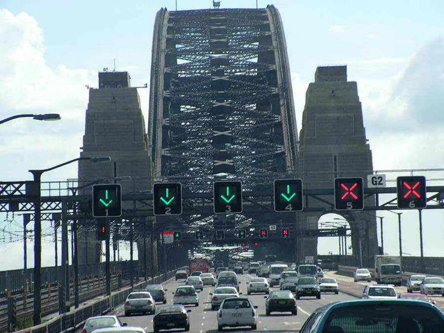 Как не растеряться и перемещаться при реверсивном движении на мосту, перекрёстке, выезд на полосы